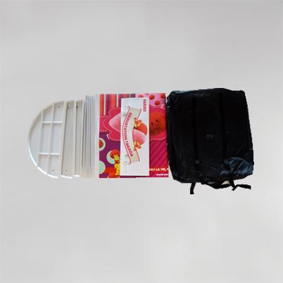 Vue de haut, contenu du sac comptoir d'accueil demi-rond imprimé